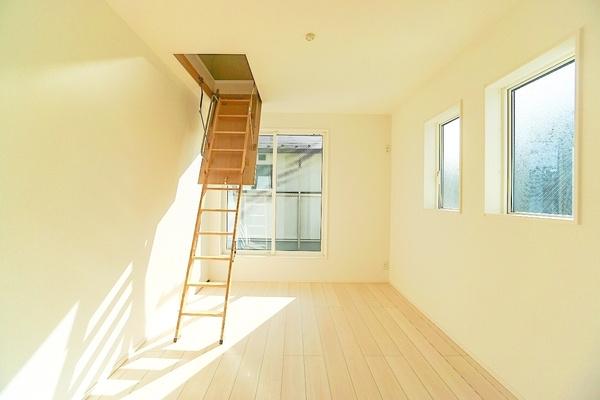 同仕様の洋室です。 収納もしっかりとあります!