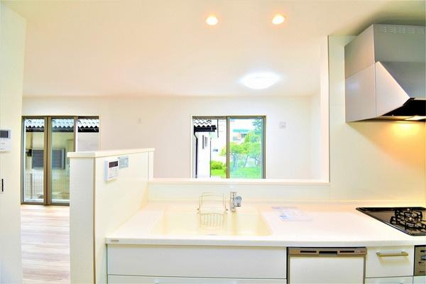 人気のオープンキッチンはお料理中でも家族とのお話も弾みます。 お天気の良い日は電気をつけなくても明るい設備充実のキッチン!