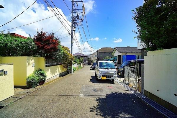 前面道路は広々の約5.97メートルあり、 駐車が苦手な方にも安心!!