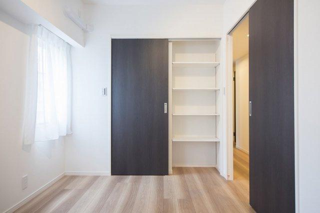 ジェイパーク中目黒Ⅳ:約5.6帖の洋室にはウォークインクローゼット・収納棚が付いております!