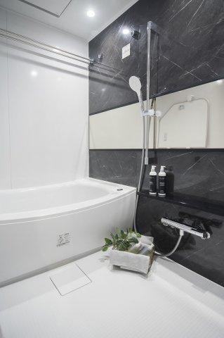 ジェイパーク中目黒Ⅳ:雨の日のお洗濯ものを干すにも便利な浴室乾燥機・追い焚き機能付き浴室です!