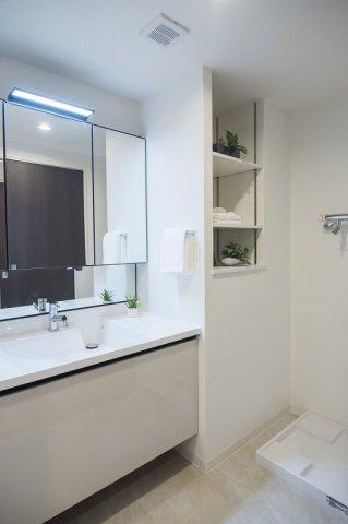 ジェイパーク中目黒Ⅳ:三面鏡が付いた明るく清潔感のある洗面化粧台です!