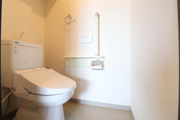 【トイレ】手すり付きが嬉しいお手洗いです!