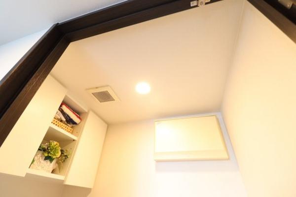 【トイレ】吊戸棚があり掃除用具やトイレットペーパーを保管できます!