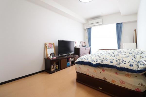 【洋室】広々8.2帖!ベッドを置いて頂いてもゆったりと過ごせる広さです。