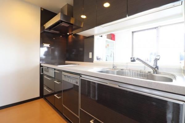 【キッチン】システムカウンターキッチンです!吊戸棚があり収納も充実♪調味料や食器などの保管に便利です!