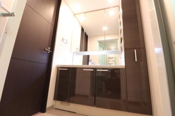 【洗面室】ダークブラウンを基調としたシックな空間の洗面室です☆収納もあり◎