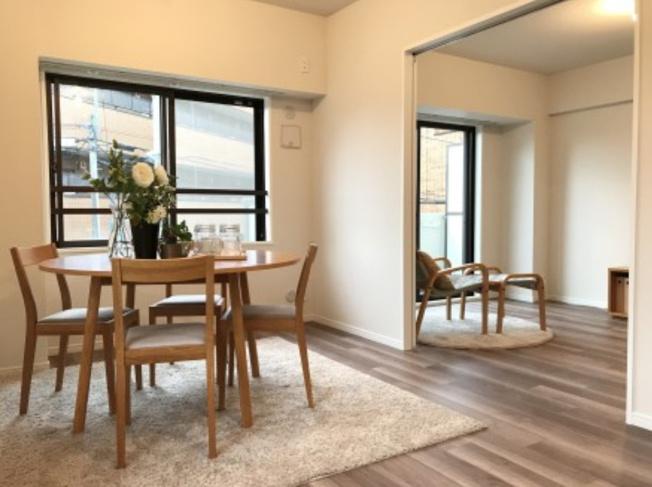 ルーエ成増:約11.1畳(キッチン約2.9畳・LD約8.2畳)のリビングダイニングは2面に窓が付いており換気も気軽に行えます♪
