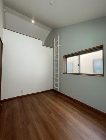 2階北東側洋室です、東向きですので明るいですよ。