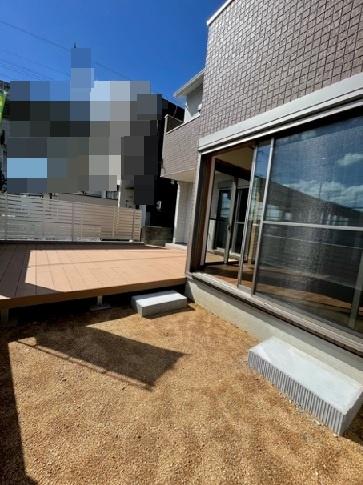 リビング前の庭と駐車上部です、フェンス、ウッドデッキがもうすぐ施工されます。