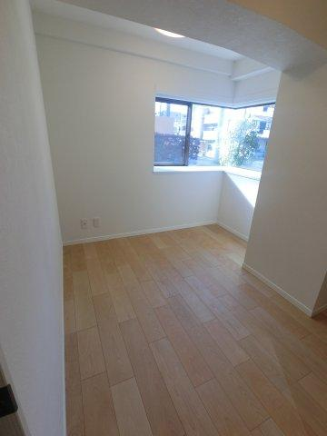 5.5帖の洋室です。 こちらは書斎やお子様のお部屋にいかがでしょうか。