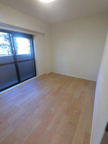 こちらは5.9帖の洋室です。 寝室にいかがでしょうか。