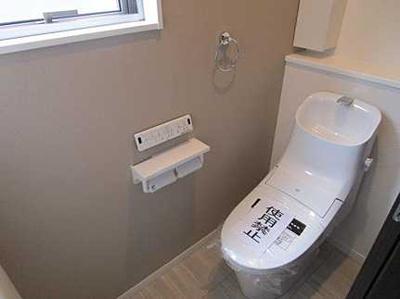 棚がある便利なトイレです