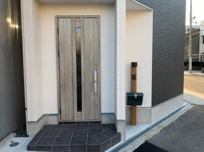 落ち着いた玄関扉です。