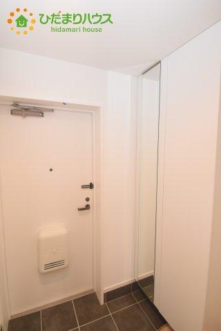 天井までの高さがあるタップリ玄関収納、姿見・小引き出し付きなのも便利