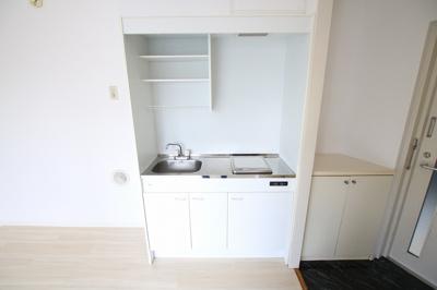 エルミ鶯谷 キッチンはIHクッキングヒーター1口のシステムキッチン