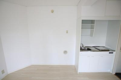 エルミ鶯谷 キッチン横に冷蔵庫置き場があります