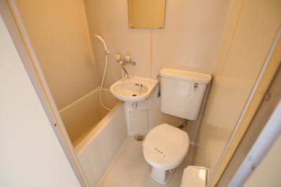 エルミ鶯谷 3点ユニットバスで、バストイレは一緒ですが、その分お部屋のスペースを広く使え、また掃除も楽ちんです。
