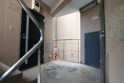 エルミ鶯谷 共用廊下 ワンフロアに2世帯しかなく、隣の部屋と離れているので音の心配が軽減されます。