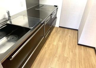 ステンレス天板でIHクッキングヒーターで手入れがしやすいキッチンです