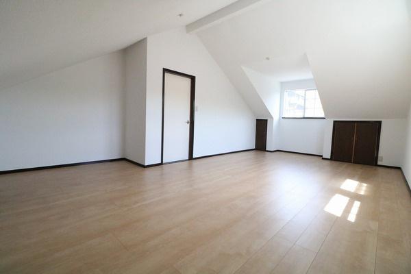 3階広々の16帖の洋室。用途に合わせて色んな使い方をして頂けます♪