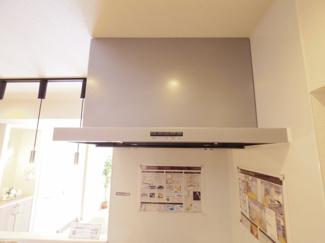 スッキリとした薄型レンジフード。キッチンもよりお洒落な空間を演出いたします。