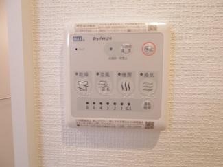 24時間換気機能を備えた浴室乾燥機を設置。