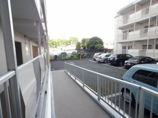 敷地内駐車場。奥には駐輪場もございます。