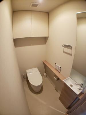 高機能トイレ タンクレスでスッキリした空間
