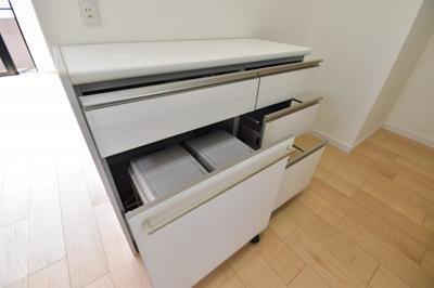 キッチン背面には備え付けのカップボードがございます。ゴミ箱も収納出来てキッチン回りもスッキリと。