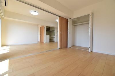 可動式の引き戸を開けると約19.6帖の広々空間に。シーンに合わせてセパレート可能。