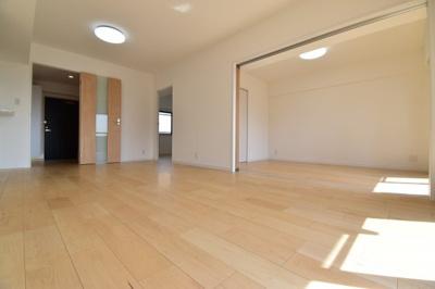 バルコニー側に3室面した日当たり良好な室内はきっと快適な空間に。ぜひ一度お気軽にご内覧下さい!