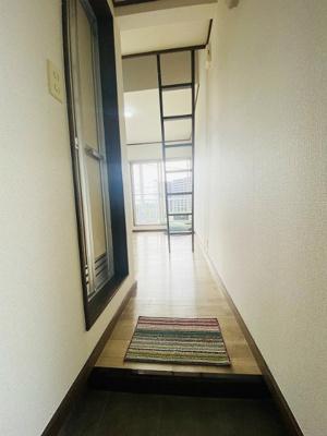 玄関から室内への景観です!左手にバスルーム、正面に洋室6帖のお部屋があります☆※参考写真※