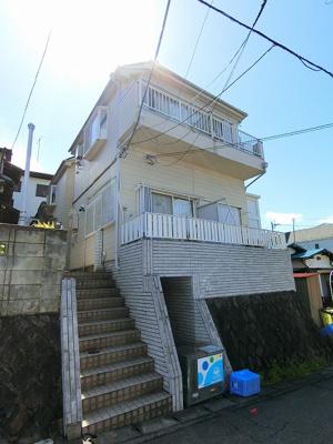 小田急線「新百合ヶ丘」駅より徒歩8分の2階建てアパートです♪通勤通学はもちろん、お買い物やお出かけにもGood☆駅前は商業施設が充実していています☆