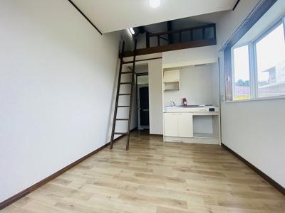 ロフトスペースのある洋室6帖のお部屋です!ロフトがあるのでお部屋が広々と使えますね☆