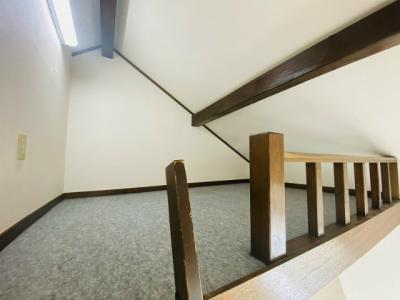 洋室6帖のお部屋にある2.3帖のロフトスペースです!ロフトスペースはベッドや収納スペースとしても使えて便利です☆