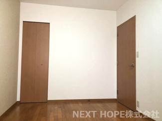 洋室6.4帖です♪収納スペースも設けられており、室内を有効に使用していただけます(^^)