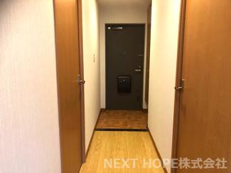 玄関には大きなシューズBOXが設けられており、たくさんの靴も散らかることなく収納していただけます(^^)