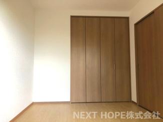 1階洋室6帖です♪新設された居室です♪クローゼットも設けられており、室内を有効に使用していただけます(^^)建具も新品で気持ちよくご入居していただけます!!