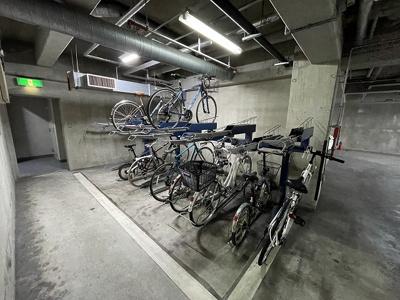 いつでも目の届く敷地内に駐車場があります♪地下なので、雨の時の乗り降りもらくらく♪