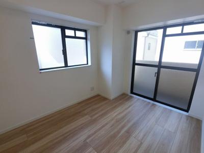 4.7帖の洋室は主寝室にいかがでしょうか。 2面採光で風通しが良く開放感◎