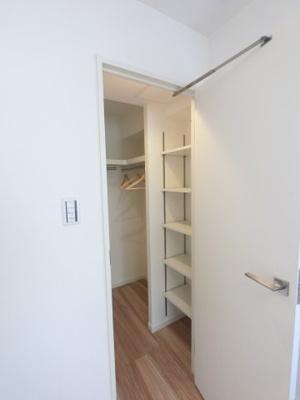 4.7帖のマルチWICです。 たっぷり収納できるのでお部屋を広くお使いできます。