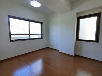 6.0帖の洋室は主寝室にいかがでしょうか。 2面採光で風通し◎