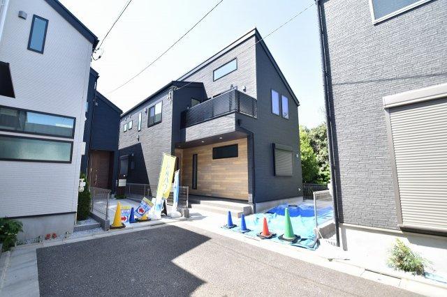 黒で統一された落ち着いた雰囲気のある新築物件!即日ご内覧可能で御座います。