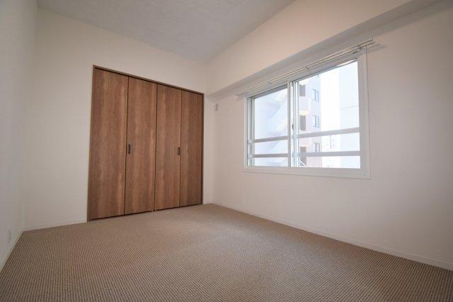 洋室(6.0帖)です。角部屋なので陽当たり良好です。