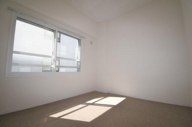 洋室(5.0帖)です。角部屋なので陽当たり良好です。