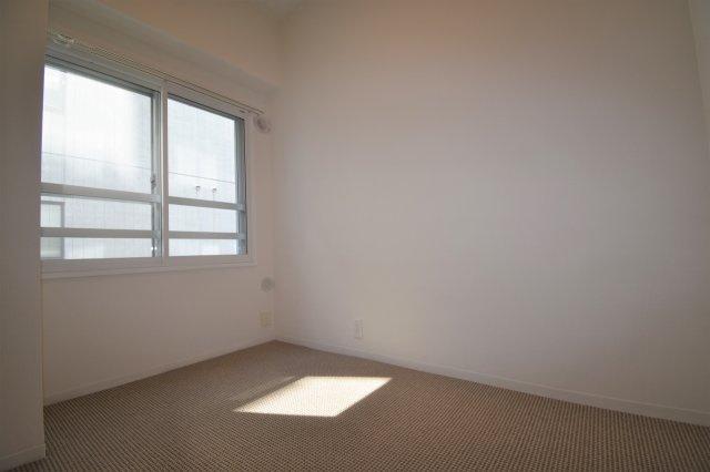 洋室(3.7帖)です。角部屋なので陽当たり良好です。