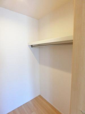 洋室6帖のお部屋にあるウォークインクローゼットです♪たっぷり収納できてお洋服や荷物が多くてもお部屋すっきり☆