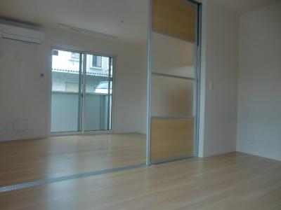 リビングダイニングキッチンと洋室6帖の間に可動間仕切りがあります♪開けるとお部屋が広く感じられます☆