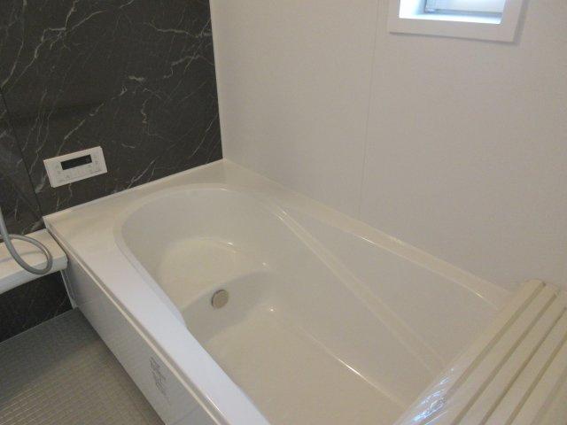 一日の疲れを癒やしてくれる1坪のバスルーム。ボタンを押すだけの操作でお湯はりも楽々。 ゆったりサイズの浴槽で日々の疲れを癒やされます